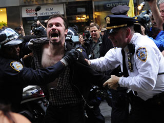 Ver vídeo  'Enfrentamientos en Nueva York entre la Policía y los indignados'