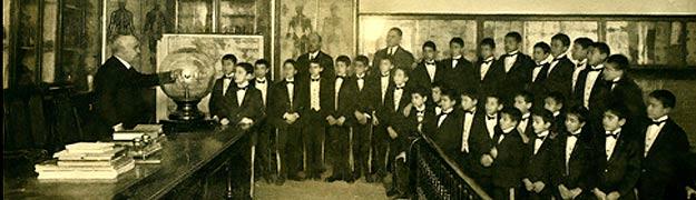 Alumnos de grado superior con Don Manuel Sánchez de las Peñas, en un ensayo de la lotería de navidad.