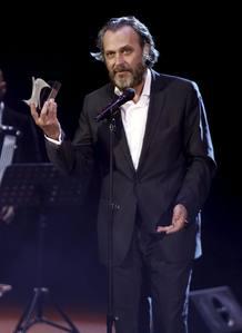 El actor José Coronado posa con el galardón al Actor Protagonista.