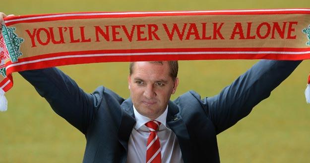 El entrenador Brendan Rodgers posa con la bufanda del Liverpool, su nuevo equipo.