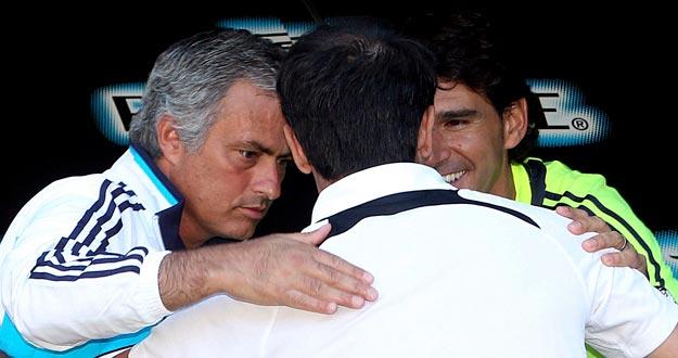El entrenador del Real Oviedo, Félix Sarriugarte (c), saluda al técnico luso del Real Madrid, Mouriño (i) y su segundo, Aitor Karanka.