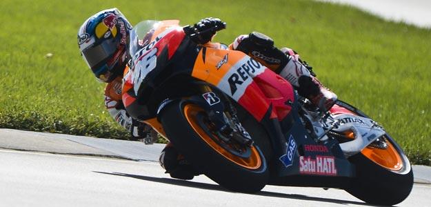 El español Dani Pedrosa toma una curva durante la primera sesión libre