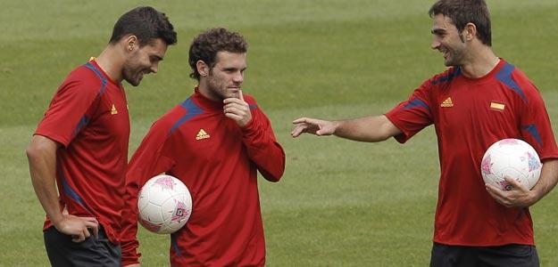 Juan Mata, en el centro, junto a