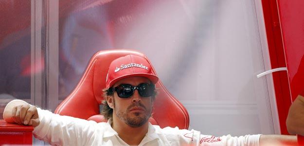 El piloto español Fernando Alonso (Ferrari) descansa tras finalizar la tercera y última sesión de entrenamientos libres
