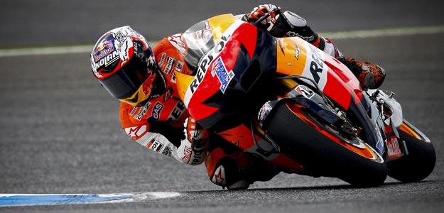 El estadounidense Casey Stoner, de Honda, participa en los entrenamientos libres de MotoGP en el circuito de Estoril