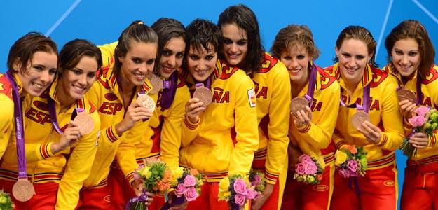 El equipo español de natación sincronizada en el podio de los Juegos