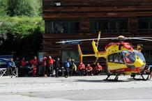 Los equipos de rescate se preparan para salir a buscar a los desaparecidos en la avalancha en el Mont Blanc.