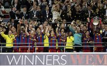 Eric Abidal, ejerciendo de capitán por cortesía de Carles Puyol, levanta el trofeo que acredita al Barça como campeón de Europa.