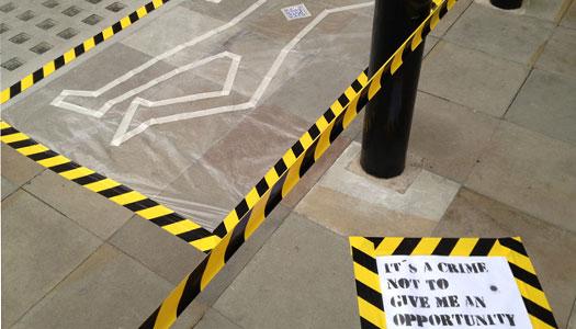 La escena del crimen que creó Ana Hernández en una calle de Londres.