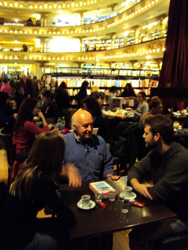 El escritor Eduardo Galeano se sentó con nosotros en la librería El Ateneo