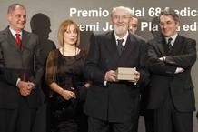 El escritor santanderino Álvaro Pombo (delante) acompañado por los miembros del jurado
