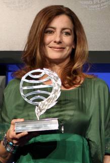 La escritora y periodista asturiana Ángeles Caso posa con el Premio Planeta