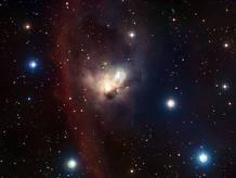 Para muchos la nebulosa NGC 1788 es un tesoro escondido a pocos grados de distancia de las brillantes estrellas del cinturón de Orión. El polvo y el gas se entremezclan con un pequeño cúmulo de 'nuevas' estrellas que le otorgan una forma que recuerda