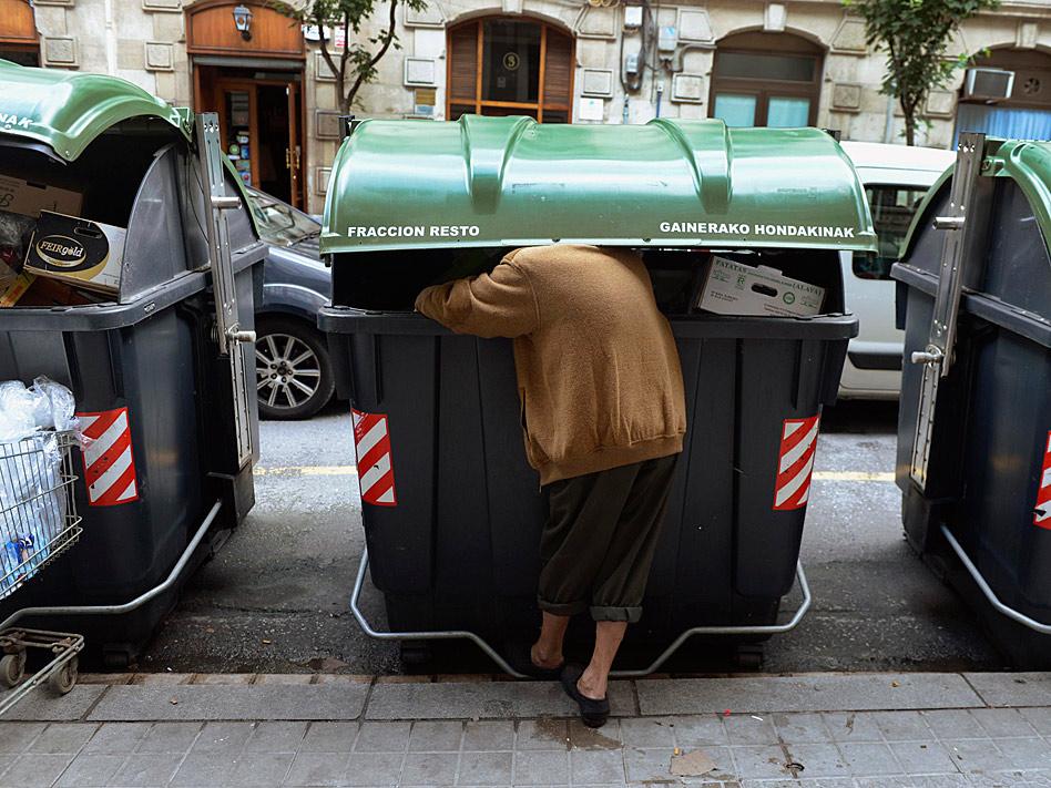 En España, la crisis ha empujado al desempleo a millones de personas este 2012 y han sido centenares de miles de familias las que han vivido situaciones agónicas. En la imagen, una persona rebusca en la basura en un contenedor de Bibao.