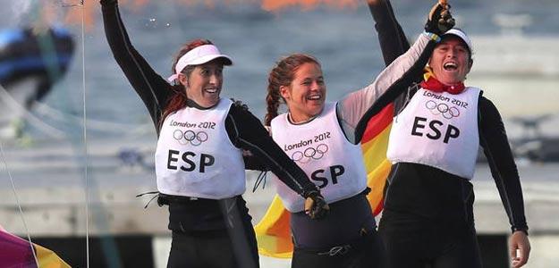 Las regatistas españolas Támara Echegoyen, Sofía Toro y Ángela Pumariega celebran el oro conseguido en la clase Match Race Elliott 6.