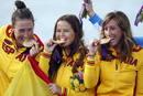Tamara Echegoyen, Sofía Toro y Angela Pumariega suben al podium para recoger la medalla de oro de vela en la categoría Elliot 6M.