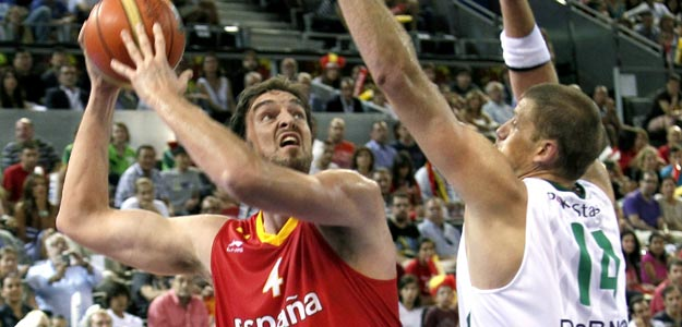Pau Gasol (i) intenta superar la defensa del p&iacute;vot de la selecci&oacute;n de Lituania Marijonas Petravicius