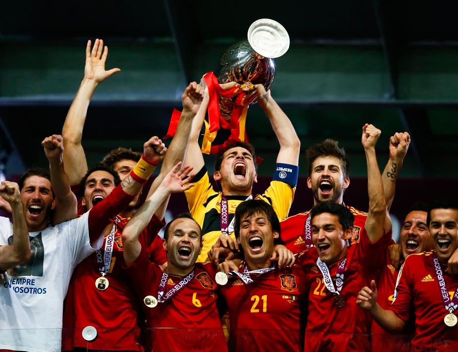 España obtuvo la corona de tricampeona tras ganar a la final de la Eurocopa 2012 a Italia. Un hito deportivo que hasta ahora nadie había conseguido: proclamarse campeona de su continente dos veces consecutivas, además de campeones del mundo.
