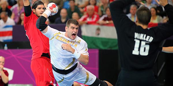 El español Julen Aguinagalde Akizu (d) en acción ante el húngaro Laszlo Nagy (i) durante el partido.