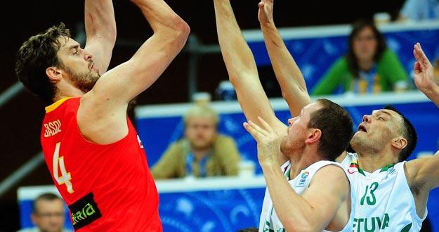 El español Pau Gasol (izq) trata de anotar durante el partido del Europeo 2011 disputado entre España y Lituania en Panevezys, Lituania.