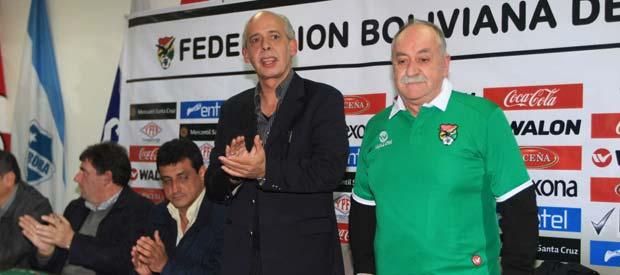 Xabier Azkargorta (d) ha sido presentado como el nuevo técnico de la selección boliviana.