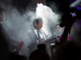 Ver vídeo  'Una espontánea embadurna de harina al socialista Hollande en un acto público'