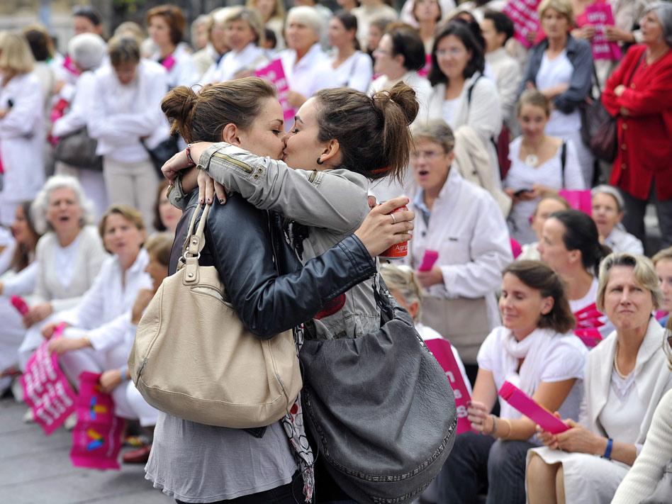 Esta foto captada en octubre en la ciudad gala de Marsella dio la vuelta al mundo. Dos chicas heterosexuales decidieron soldarizarse con la comunidad homesexual frente a decenas de manifestantes en contra del matromonio gay.