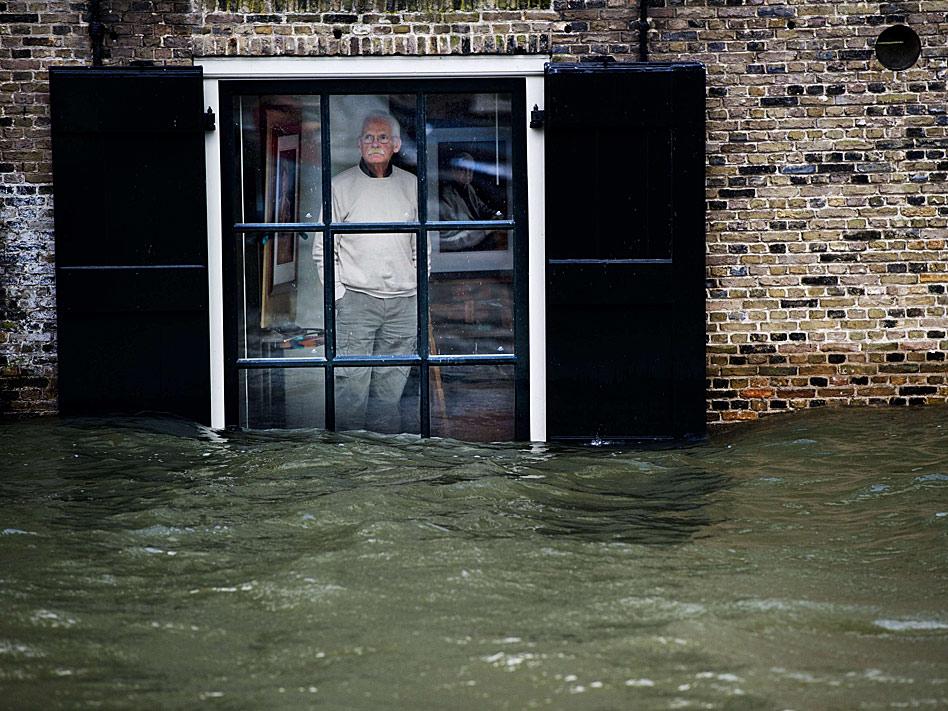 Con esta mirada de impotencia contemplaba este ciudadano holandés como el nivel del agua superaba la altura de su ventana, tras una fuerter tormeta en enero que dejó vientos de hasta 110 km/h.