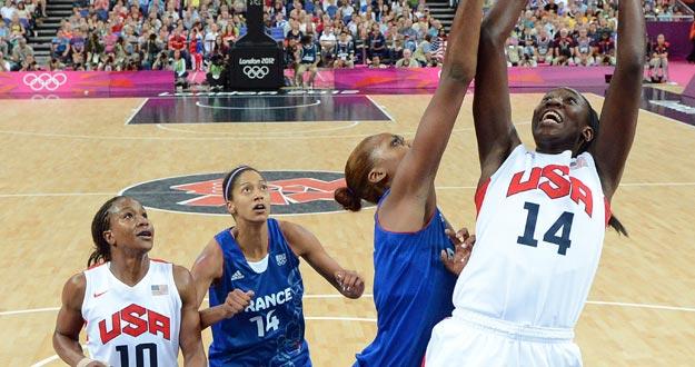 La estadounidense Tina Charles (d) lanza sobre Sandrine Gruda (i) de Francia, durante la final femenina de baloncesto de los Juegos Olímpicos de 2012, en Londres.