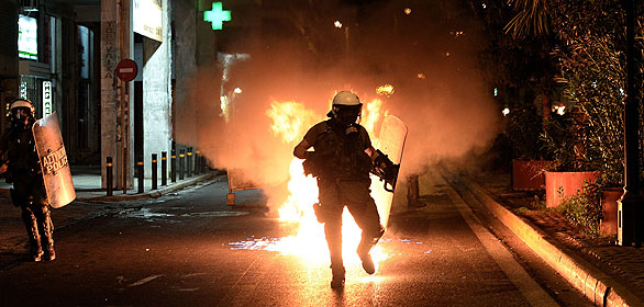 Estallan los distubios entre policía y manifestantes en una antifascista en Atenas