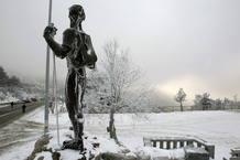 La estatua en honor a los montañeros del Puerto de Navacerrada ha amanecido cubierta de hielo y nieve