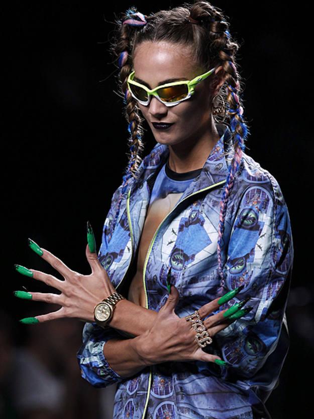 un estilo que resalta la figura femenina a través de vestidos entallados y mini vestidos con colores y estampados muy agresivos.