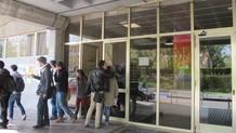 Los estudiantes salen de clase en la Facultad de Ciencias de la Información.