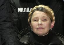 La ex primera ministra ucraniana, Yulia Tymoshenko, sale del hospital de Járkov, al este del país.