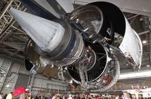 Exhibición de un motor del Airbus A380 en un hangar de Qantas