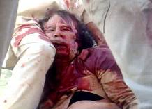 El exlíder libio Muamar el Gadafi aparece totalmente ensangrentado
