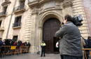 Expectacion informativa a la entrada del Palacio de Justicia en Valencia, donde ser&aacute;n juzgados Camps y Costa.
