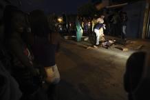 Expertos revisan el cadáver de un hombre tiroteado en Salvador de Bahía