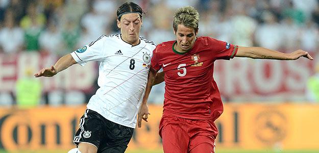 Fabio Coentrao, en un instante del Alemania-Portugal, con su compañero en el Real Madrid Mesut Özil.