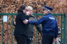 Familiares y profesores lloran por los niños fallecidos en el accidente de autobús de Suiza.