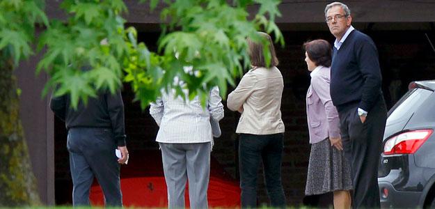 Familiares de Severiano Ballesteros llegan a la casa del golfista tras conocer la noticia de su fallecimiento.