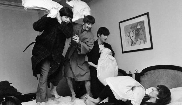 'La famosa guerra de almohadas, fotografiada a las 03.00 AM en el Hotel George V de París', 1964. © Harry Benson