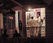 El FBI recoge pruebas en la casa en la que han sido encontradas las tres mujeres desaparecidas hace una década en Ohio.