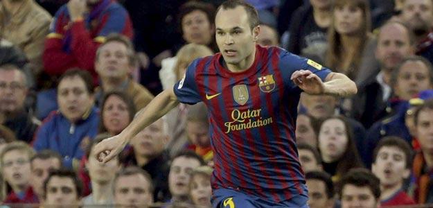 El centrocampista del FC Barcelona Andrés Iniesta elude la entrada del centrocampista alemán del Real Madrid, Sami Khedira