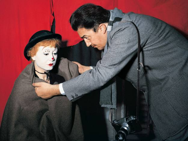 Federico Fellini con la actriz, y su esposa, Giulietta Masina, en el rodaje de 'La Strada' (1954). Photo: Studio Patellani/Corbis