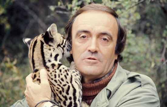Félix Rodríguez de la Fuente con un cachorro de tigre