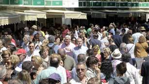 Ver vídeo  'La Feria del Libro acaba su primer fin de semana con buena nota'