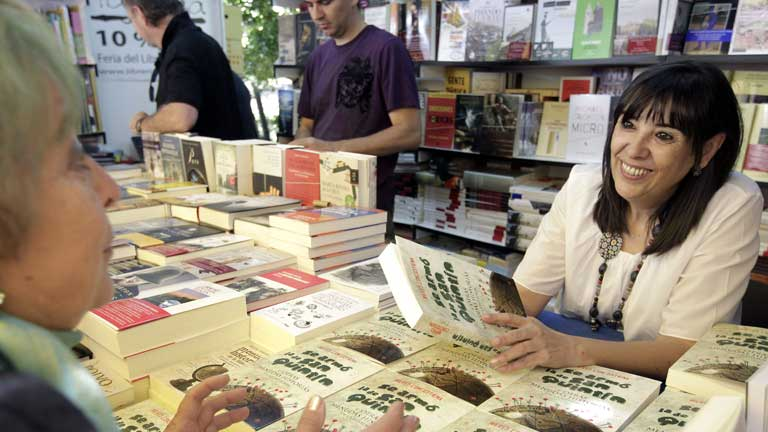 Más de 200 autores firman su obra en la Feria del Libro