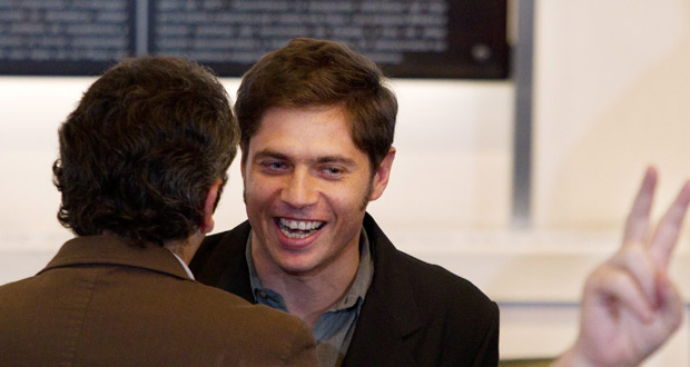 El viceministro de Economía de Argentina, Axel Kicillof, sonríe tras el anuncio de la presidenta.