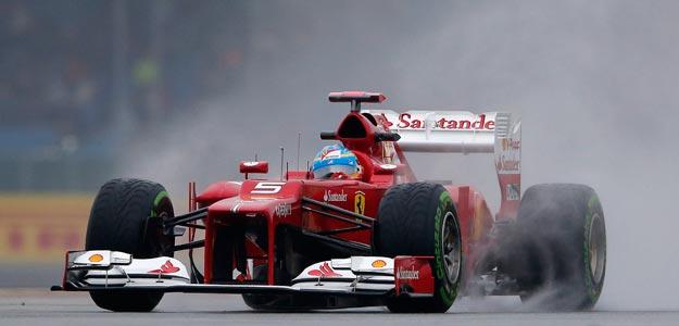 Fernando Alonso completa una vuelta durante los entrenamientos de Silverstone